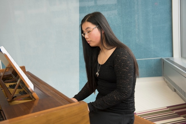 Pianist Sydney Fina, 14, and the North Syracuse Junior High School performed at the Upstate Cancer Center in December.