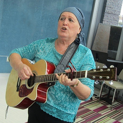 Melissa Clark performing in the Upstate Cancer Center. (PHOTO BY SUSAN KEETER)