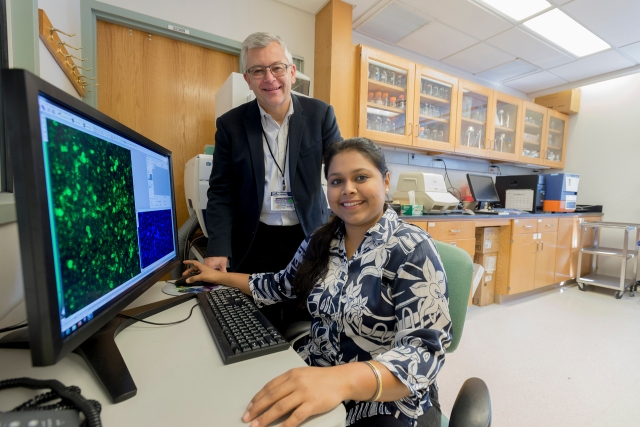 Leszek Kotula, MD, PhD, standing, with doctoral student Disharee Das. (PHOTO BY SUSAN KEETER)